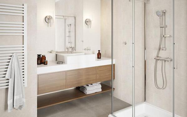 Jak urządzić małą łazienkę tanio i wygodnie?